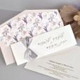 Invitación de boda romántica con forro hojas moradas