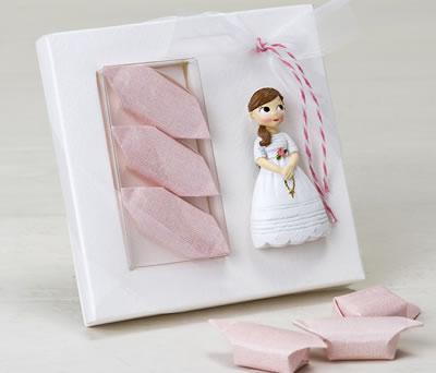 Niña comunión en estuche y caramelos para dar de detalle a los invitados