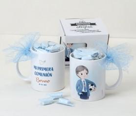 Taza personalizada niño comunión con pelota de fútbol decorada con caramelos como detalle de comunión para los invitados