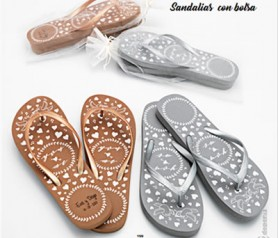 Sandalias presentadas en bolsa personalizables como complemento de boda o detalle de boda para las invitadas