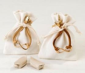 Pulsera infinito decorada en bolsa con caramelos como detalle de comunión