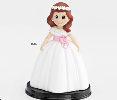 Figura de comunión para la tarta de niña con vestido blanco y fajín lila