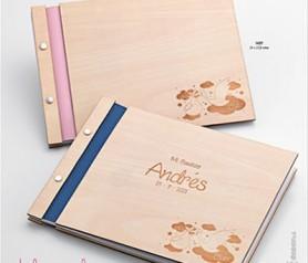 Libro de firmas de madera para bautizo con personalización y dibujos grabados de cigüeñas