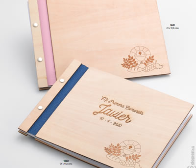 Libro de firmas de madera para comunión con personalización y dibujos grabados de comunión