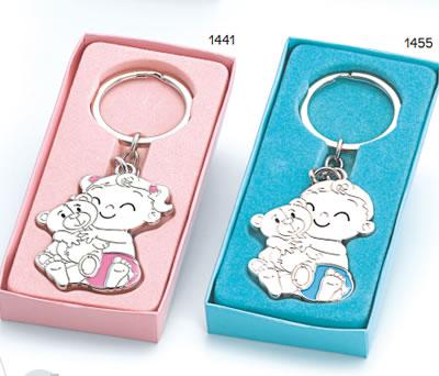 Llavero bebé con pañal azul o rosa y osito para personalizar presentado en caja de regalo ideal para regalar como detalle de bautizo a los invitados