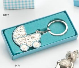 Llavero en forma de carrito de bebé azul para personalizar presentado en caja de regalo azul ideal como detalle de bautizo para regalar a los invitados