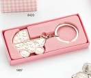 Llavero en forma de carrito de bebé rosa para personalizar presentado en caja de regalo rosa ideal como detalle de bautizo para regalar a los invitados