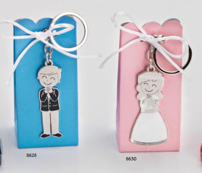 Llaveros de comunión en caja de regalo con 4 peladillas niño o niña rezando como detalle de comunión para los invitados