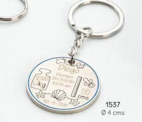 Llavero para personalizar con los datos de nacimiento del bebé en azul presentado en caja de regalo azul ideal como detalle de bautizo