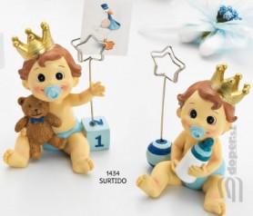 Portafotos o portatarjetas de niño bebé con corona como detalle de bautizo