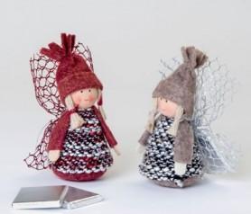 Figuras decorativas navideñas de niñas con gorrito y chocolatina. Detalle de navidad perfecto y elegante para empresas, trabajadores, amigos, familiares