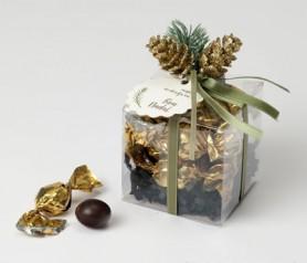 estuche con bombones decoradas con piñas y tarjeta navideña como detalle dulce para tus amigos y familiares estas navidades