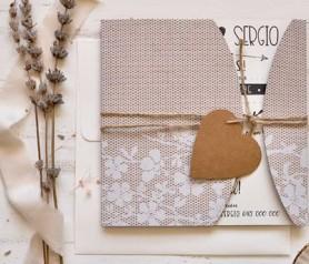 Elegante invitación de boda 2020 con funda de encaje y cordón