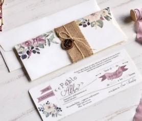 Elegante invitación floral con fajín en tela de saco y accesorio