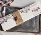Elegante invitación floral con fajín en tela de saco y accesorio de madera en forma de hoja