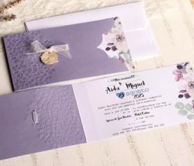 Elegante invitación floral en color lila con accesorio pajaritos