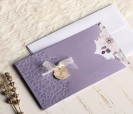 Elegante invitación floral en tonos lila