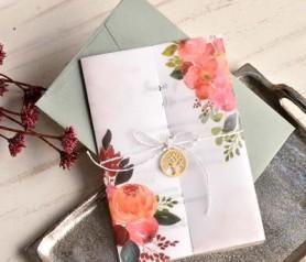 Invitación de boda 2020 floral con accesorio árbol de la vida y sobre en color verde