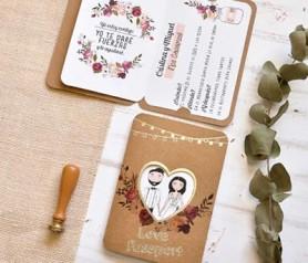 Invitación de boda kraft con ventana corazón por donde asoman novios ilustrados