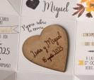 Original invitación de boda 2020 en caja con corazón de madera personalizado