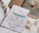 Original invitación de boda 2020 viajera con papel vegetal, accesorio de avión y sobre kraft para sorprender a tus invitadosn