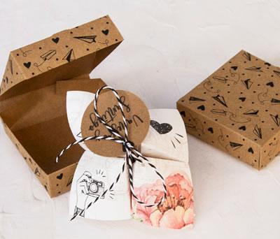 Original invitación de boda comecocos en caja kraft ilustrada