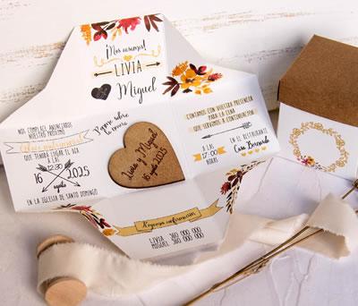 Original invitación en caja con corazón de madera personalizado