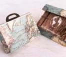 Original invitación maleta con dibujo del mapa del mundo y con accesorio en forma de avión