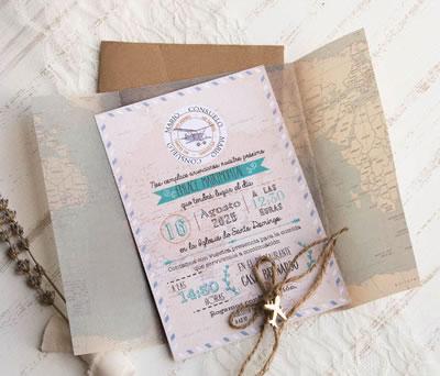 Original invitación viajera con papel vegetal y accesorio de avión