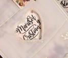 Portada papel de seda con ventana corazón donde se ven los nombres de invitación en forma de tarro