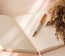 detalle del bolígrafo del conjunto de libreta con estuche como detalle para las invitadas