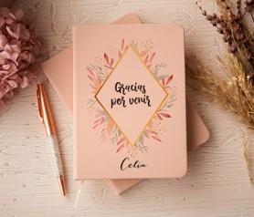 libreta con tapa rosa, bolígrafo a juego y caja como detalle para las invitadas de la bosa o comunión personalizada con el nombre de cada invitada