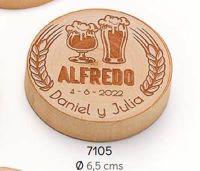 ABREBOTALLES-IMÁN MADERA PINTA Y COPA PERSONALIZADO NOVIOS Y NOMBRE INVITADO/A. Ø 6.5 cms. (MÍNIMO 15 uds.). ADOP7105