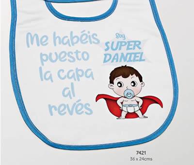 BABERO SUPER HÉROE RIBETE AZUL PERSONALIZADO NOMBRE. 36x24 cms. ADOP7421