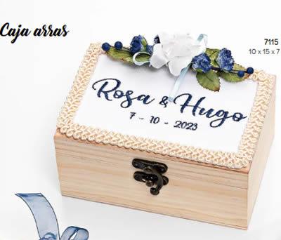 CAJA MADERA ARRAS FLOR AZUL CON BORDADO PERSONALIZADO. 10x15x7 cms. ADOP7115