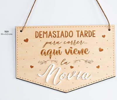 """CARTEL MADERA """"AQUÍ VIENE LA NOVIA"""". 30 x 22.5 cms. ADOP7031"""